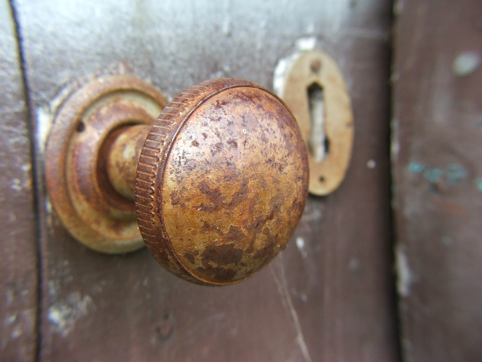 Pomo de una puerta que se debe limpiar
