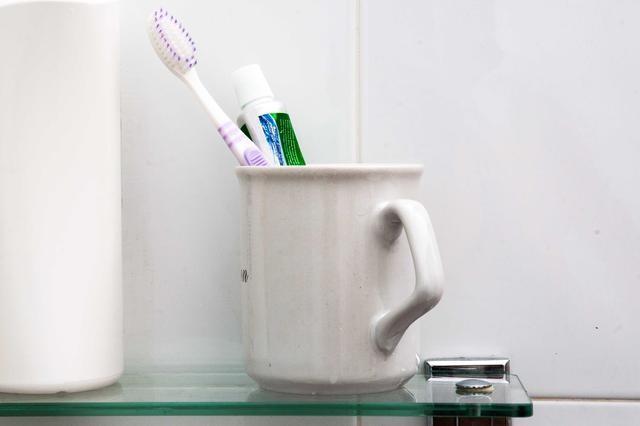 cepillos de dientes que pueden ser contaminados y debes limpiar