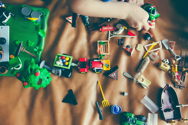 juguetes de niños que se deben limpiar para evitar la invasión de colonias de gérmenes