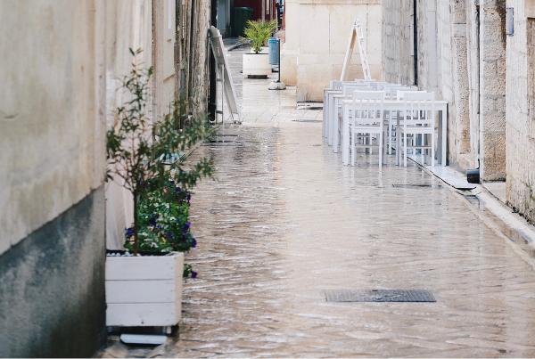 Evitar inundaciones limpiando las alcantarillas